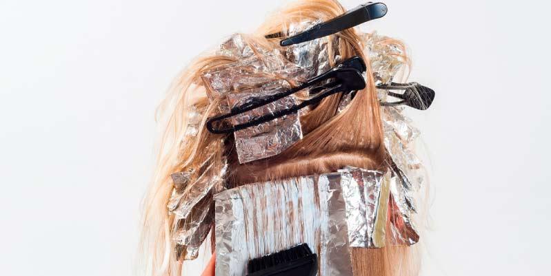 Cómo dar el tinte en casa: Canas en el cabello