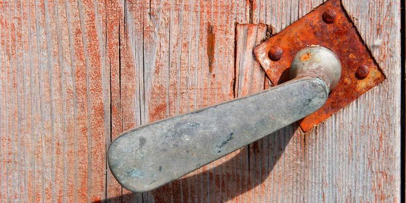 como despintar una puerta de madera