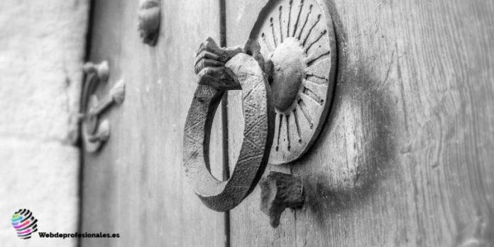 como pintar una puerta de madera exterior