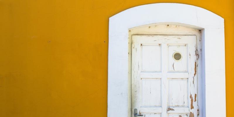 como pintar una puerta de madera en blanco